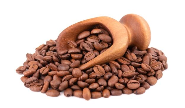 Kaffeebohnen isoliert. geröstete arabica-kaffeebohnen in holzschaufel.