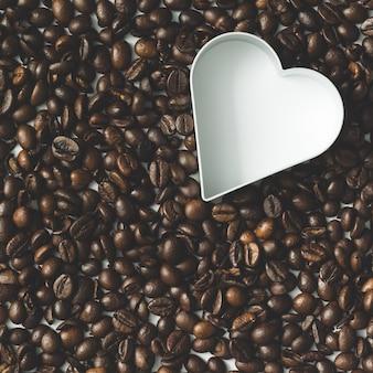 Kaffeebohnen mit herz-ausstecher. flach liegen