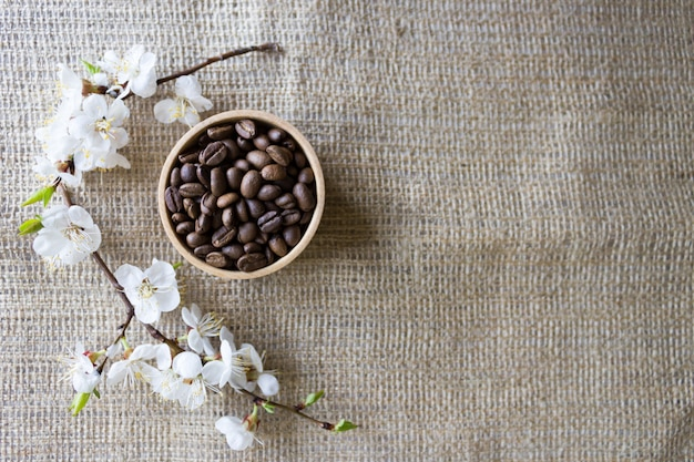 Kaffeebohnen mit kirscharoma, natürlicher kaffee