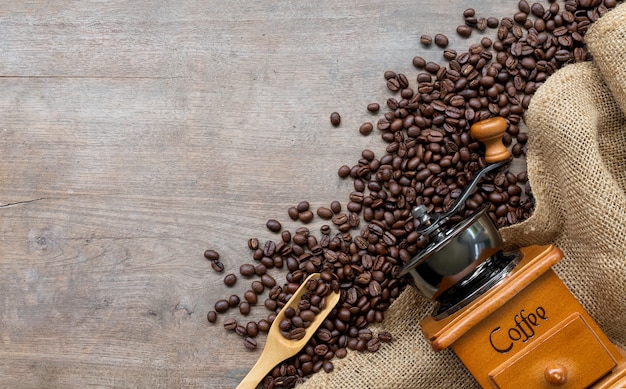 Kaffeebohnen mit mühle