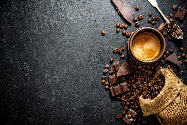 Kaffeebohnen mit requisiten für die zubereitung von kaffee