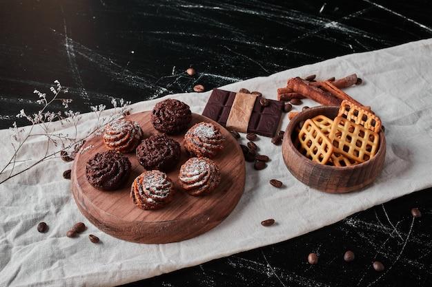 Kaffeebohnen mit schokoladenpralinen und keksen