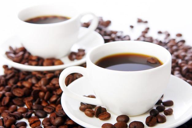 Kaffeebohnen mit weißen tassen