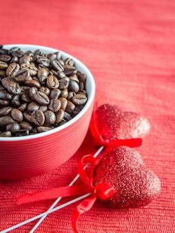 Kaffeebohnen mit zwei herzen