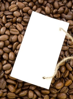 Kaffeebohnen oberfläche und preisschild