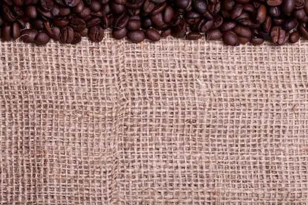 Kaffeebohnen über stoffsack