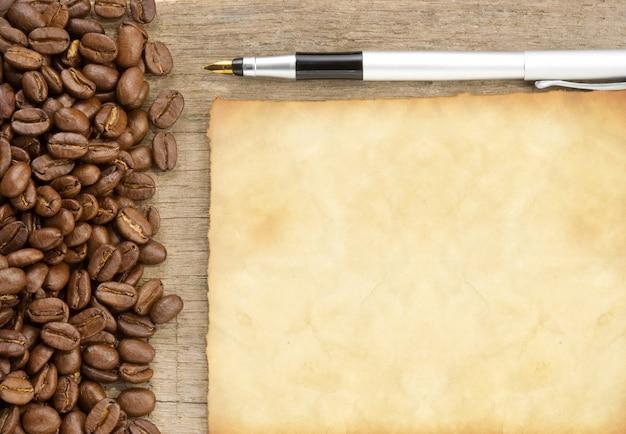 Kaffeebohnen und altes papier textur pergament