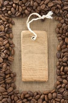 Kaffeebohnen und etikett preisschild auf holzoberfläche textur