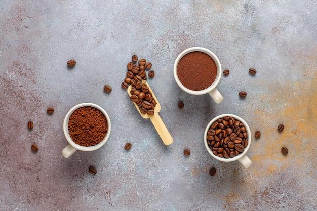 Kaffeebohnen und gemahlenes pulver.