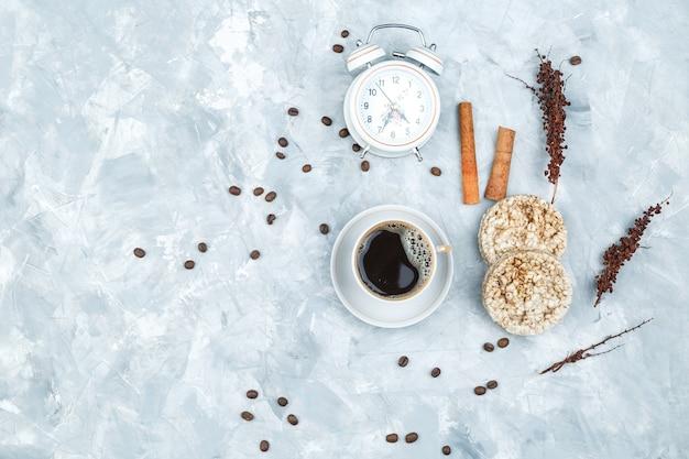 Kaffeebohnen und gewürze auf schmutzhintergrund