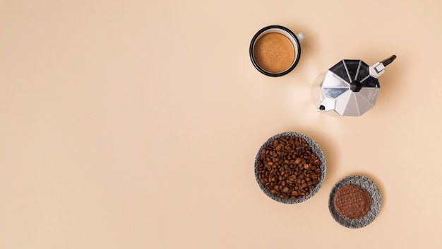 Kaffeebohnen und kaffee trinken