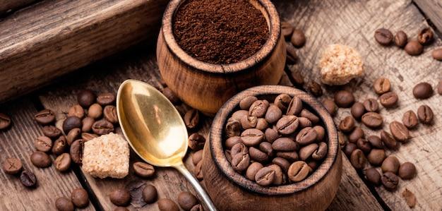 Kaffeebohnen und kaffeesatz