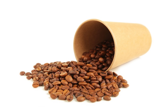 Kaffeebohnen und papierkaffeetasse lokalisiert auf weißem hintergrund. ansicht von oben.