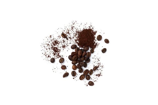 Kaffeebohnen und pulver isoliert auf weißem hintergrund.