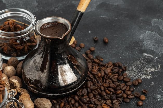 Kaffeebohnen und pute auf dunkler oberfläche