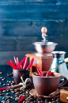 Kaffeebohnen und rote kühle pfeffer