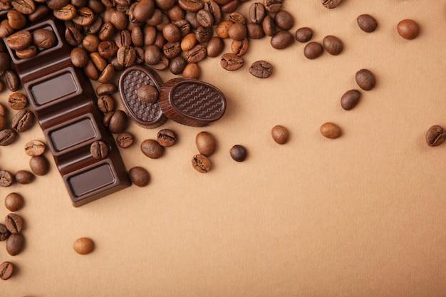 Kaffeebohnen und schokolade auf dem tisch