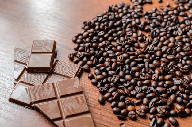 Kaffeebohnen und schokolade auf dem tisch.