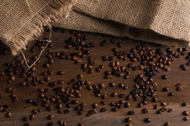 Kaffeebohnen und taschen