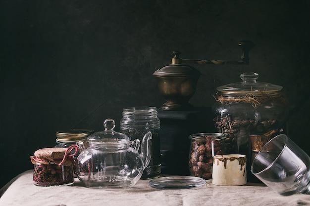 Kaffeebohnen und tee in gläsern