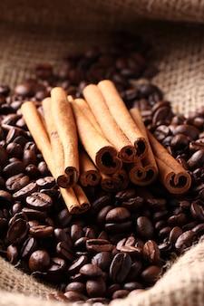 Kaffeebohnen und zimtstangen