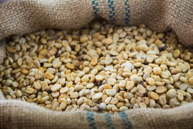 Kaffeebohnen werden in einem sack geröstet.