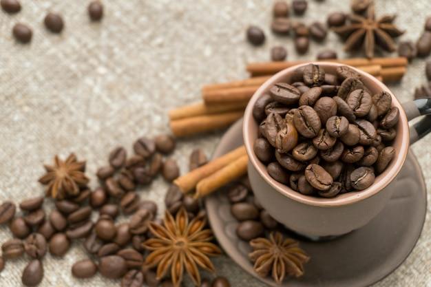 Kaffeebohnen, zimt, sternanis auf sackleinen.