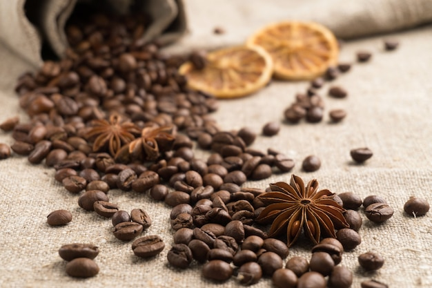 Kaffeebohnen, zimt, sternanis, orange trocken auf sackleinen