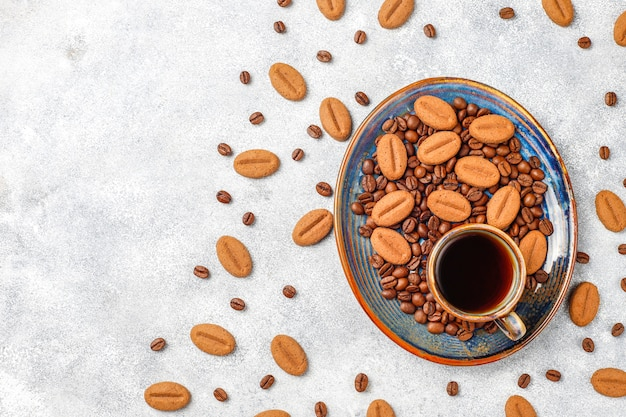 Kaffeebohnenförmige kekse und kaffeebohnen.