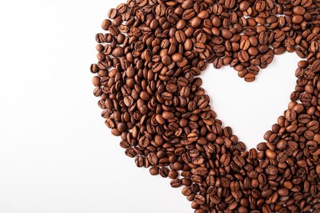 Kaffeebohnenherzhintergrund. speicherplatz kopieren