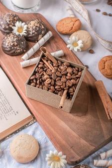 Kaffeebohnenschachtel mit schokoladenkeksen