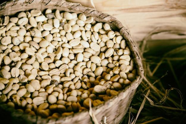 Kaffeebohneweinleseart in der hölzernen jutetasche und in der holzkiste