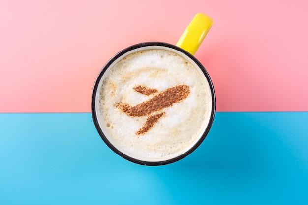 Kaffeecappuccino mit einem bild des flugzeuges auf dem schaum, draufsicht.