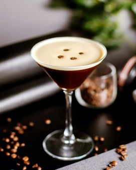 Kaffeecocktail mit kaffeebohnen dekoriert