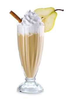 Kaffeecocktail mit sahne und mandeln lokalisiert