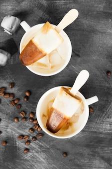 Kaffeeeis am stiel in den weißen schalen