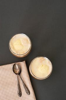 Kaffeegetränk mit eis, espresso. affogato, sommerliches erfrischungsgetränk im glas.