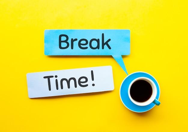 Kaffeegetränk mit pausenzeit! text.arbeit und erfrischungskonzepte.ansicht von oben