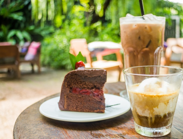 Kaffeegetränke und schwarzwälder kirschtorte Premium Fotos
