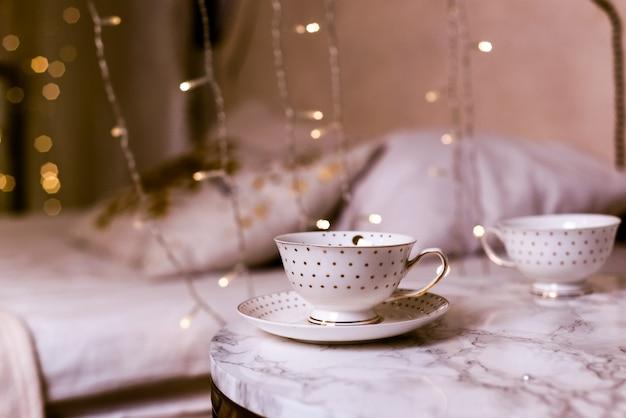 Kaffeehaus in einem haus auf einem holztisch mit einem schönen hintergrund und dekorationen, festliche dekoration