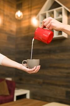 Kaffeehausinnenraum, konzept der kaffeezubereitung mit milch