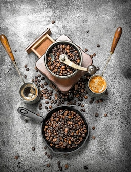 Kaffeehintergrund frischer kaffee in der türkei auf einem rustikalen hintergrund