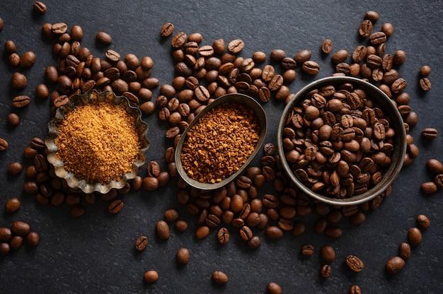 Kaffeehintergrund oder kaffeekonzept mit kaffeebohnen auf schüsseln und zucker. von oben betrachten