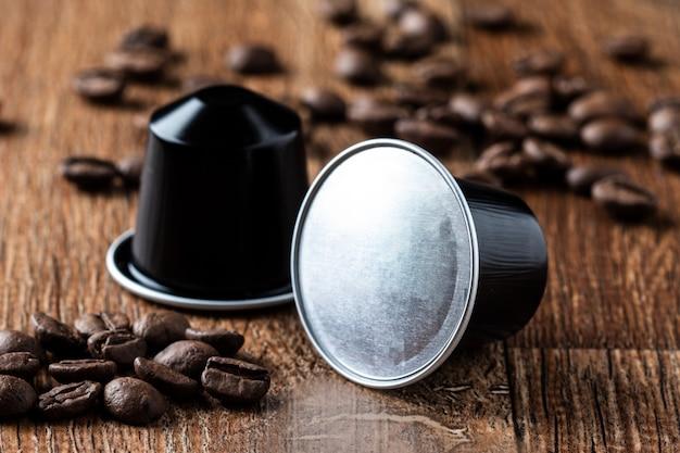 Kaffeehülsen auf holztisch oder capsula de cafe em madeira
