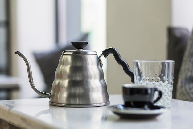 Kaffeekanne, die auf tabelle steht