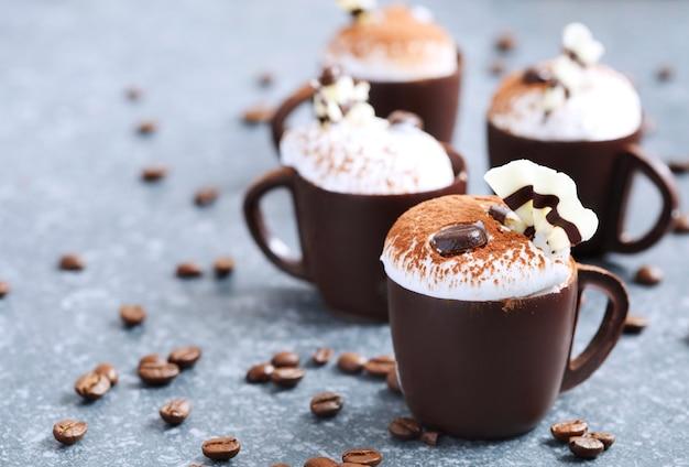 Kaffeekremeis mit schlagsahne in der schokoladenschale, copyspace