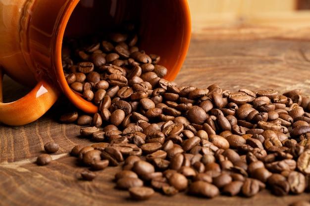 Kaffeekrümel aus der kanne auf dem stumpf
