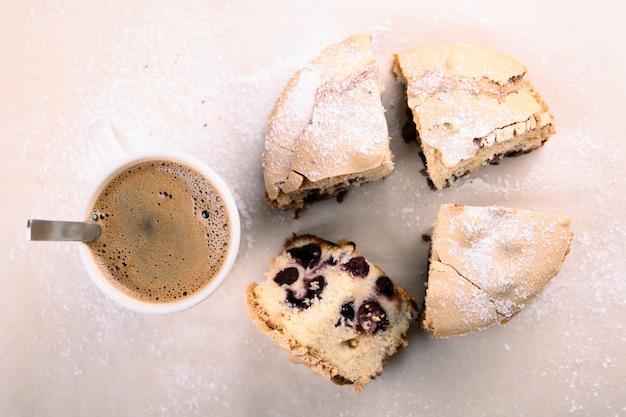 Kaffeekuchen mit einer knusprigen mit kirsche,