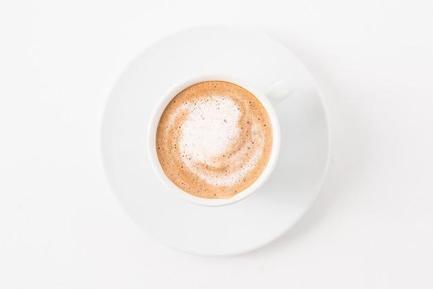 Kaffeekunst. latte tasse auf weiß. minimale flache lage.