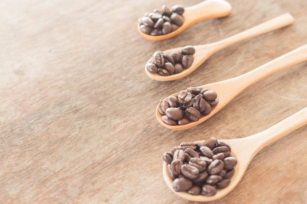 Kaffeelöffel auf grunge holztisch